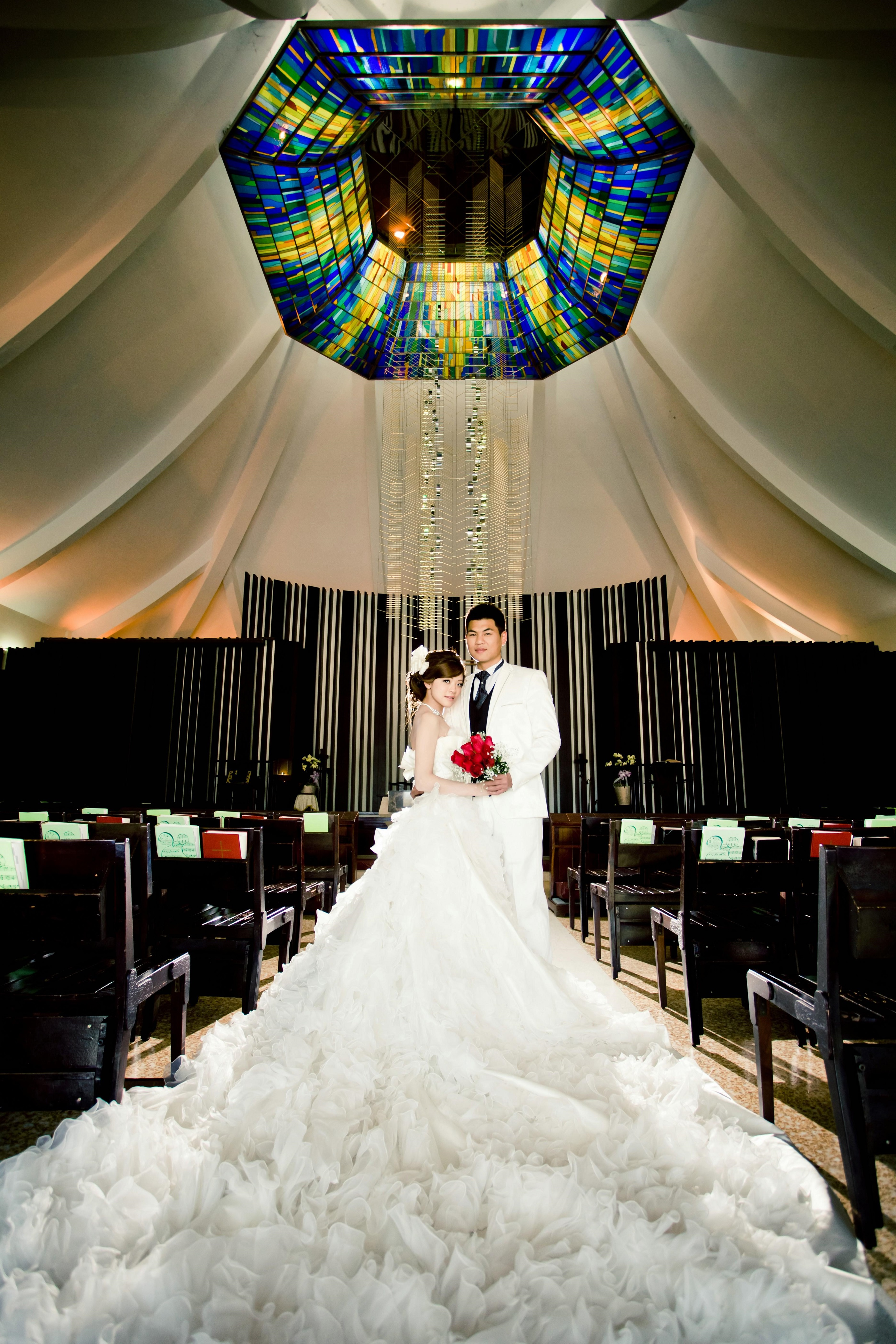 降臨堂內部美崙美奐的彩繪玻璃與雅各天梯,是新人最愛的取景勝地