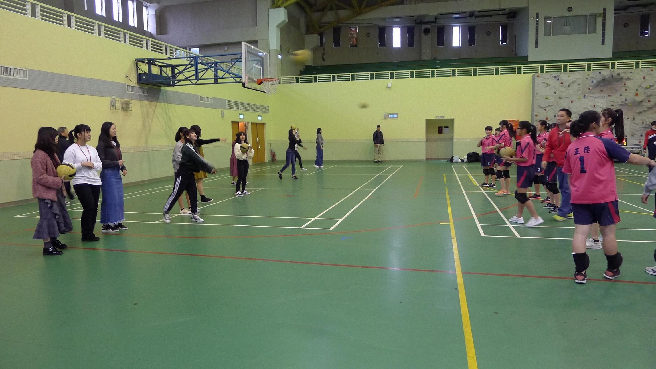 涉谷高校學生與台灣學生進行體育交流,賽前與正德國中學生暖身練球