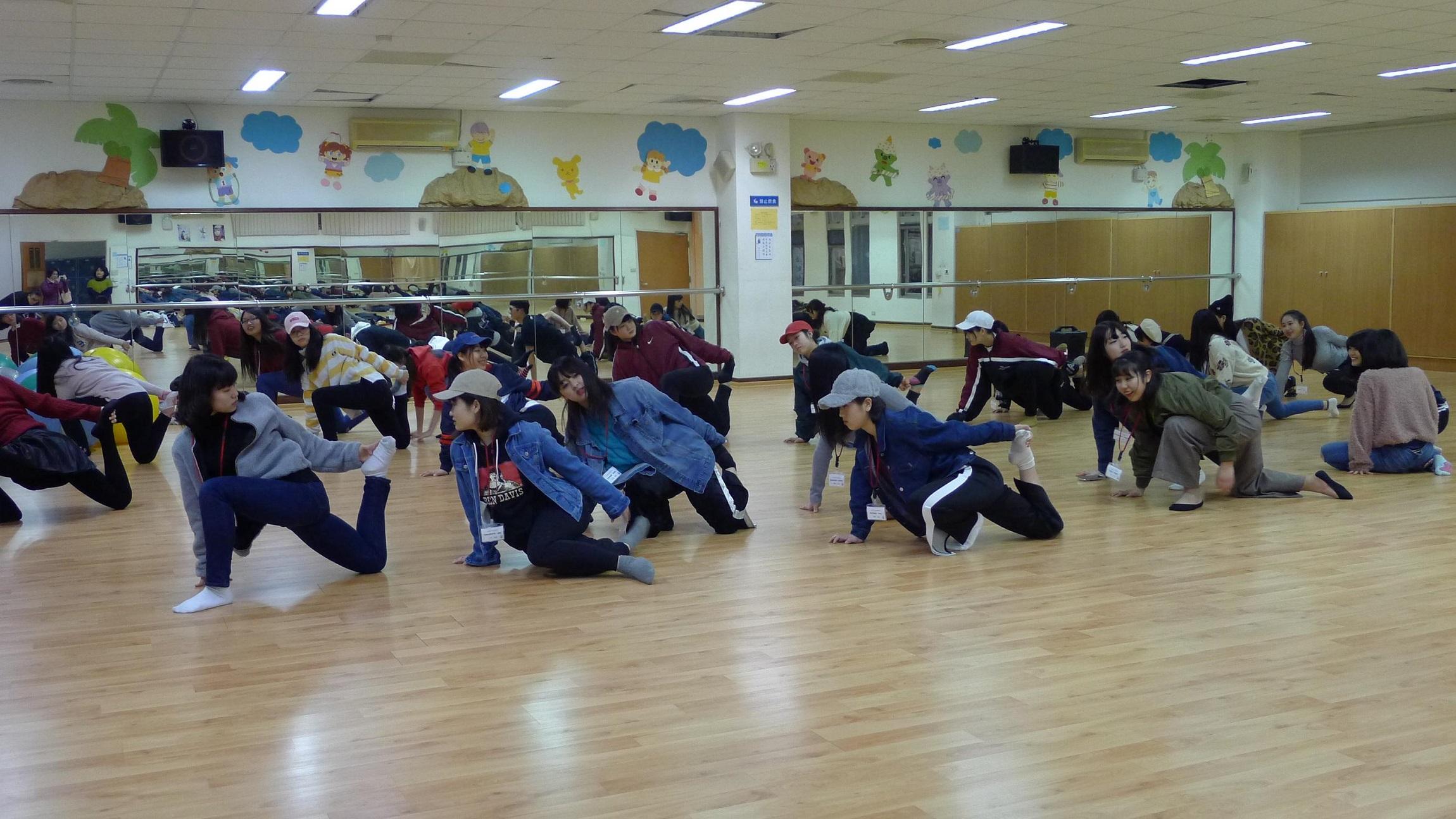 涉谷高校學生與聖約大熱舞社學生進行舞蹈交流,運動前先進行伸展拉筋熱身操