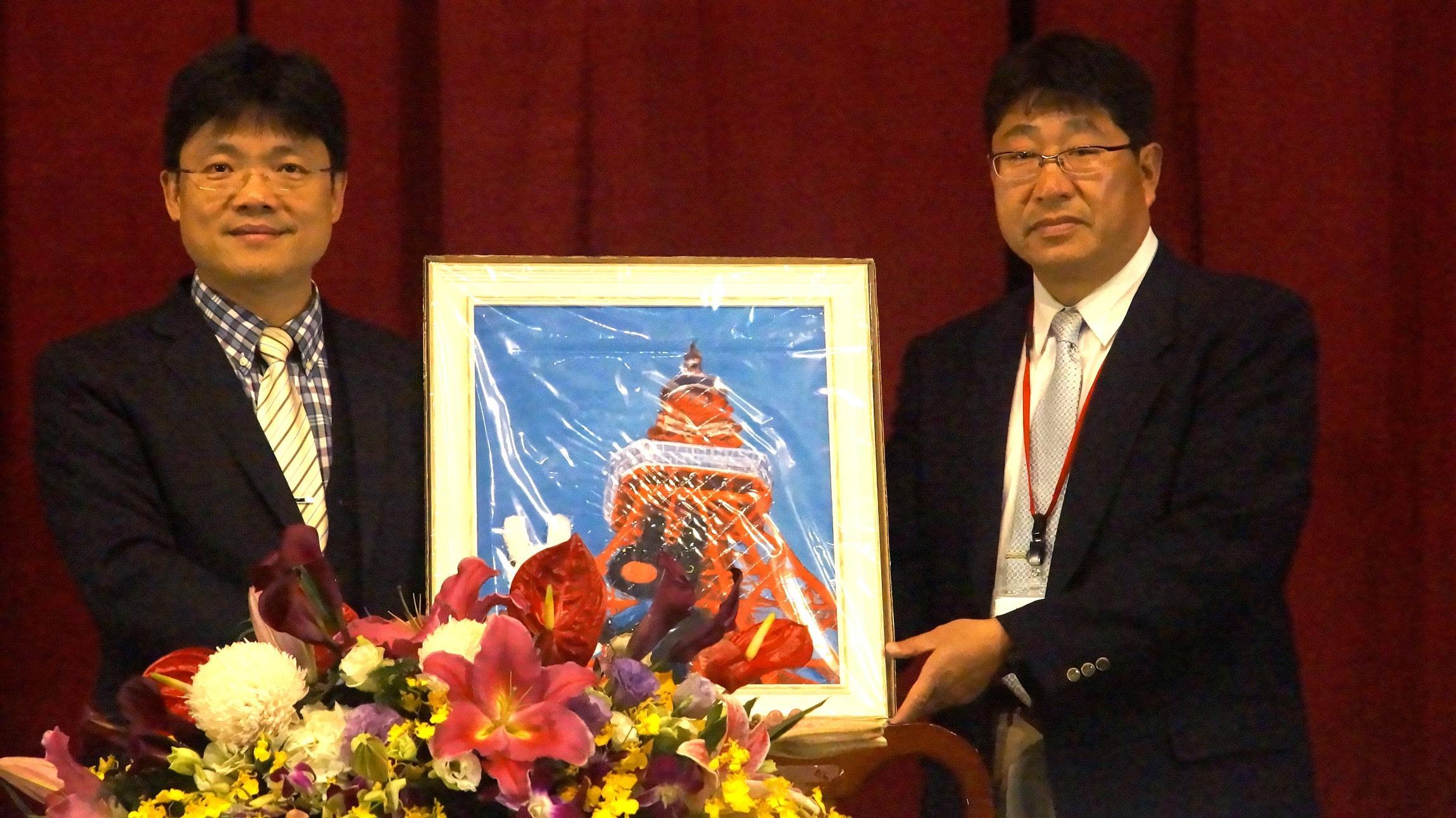 日本涉谷高校竹本晃先生(右)致贈紀念品給聖約大艾和昌校長(左)