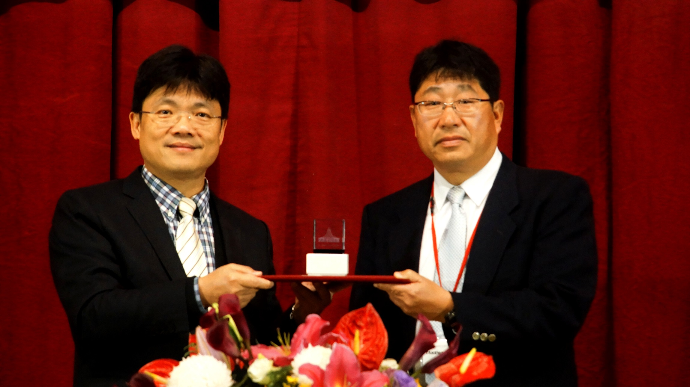 聖約大艾和昌校長(左)致贈紀念品給日本涉谷高校竹本晃先生(右)