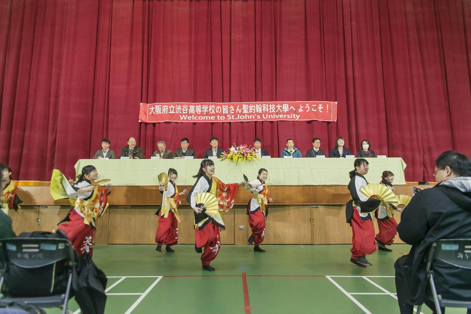 涉谷高校12位同學換上傳統服飾演舞,贏得在場滿滿掌聲